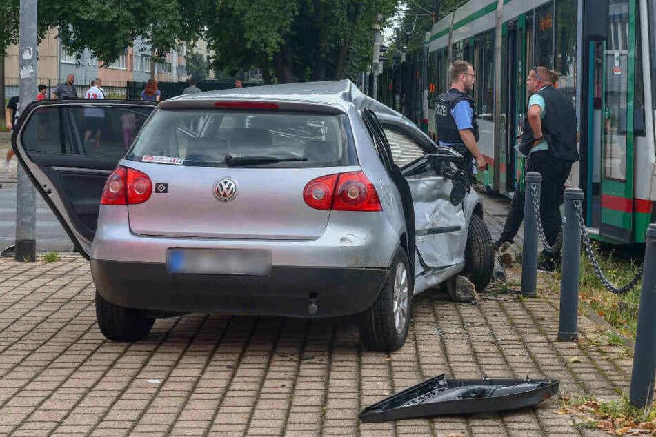 Die Beifahrerseite des VWs wurde komplett zerbeult.