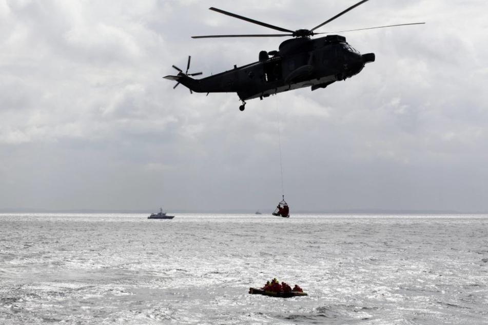 """Die neuseeländische Luftwaffe warf ein Notpaket ab. Danach manövrierten sie die """"Albatros"""" zu den Fischern. (Symbolbild)"""
