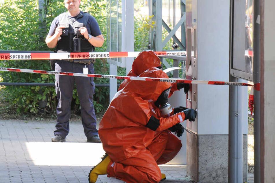 Die Kameraden der Feuerwehr reinigten in Schutzkleidung und unter Atemschutz  den Fahrkartenautomat von der Säure.