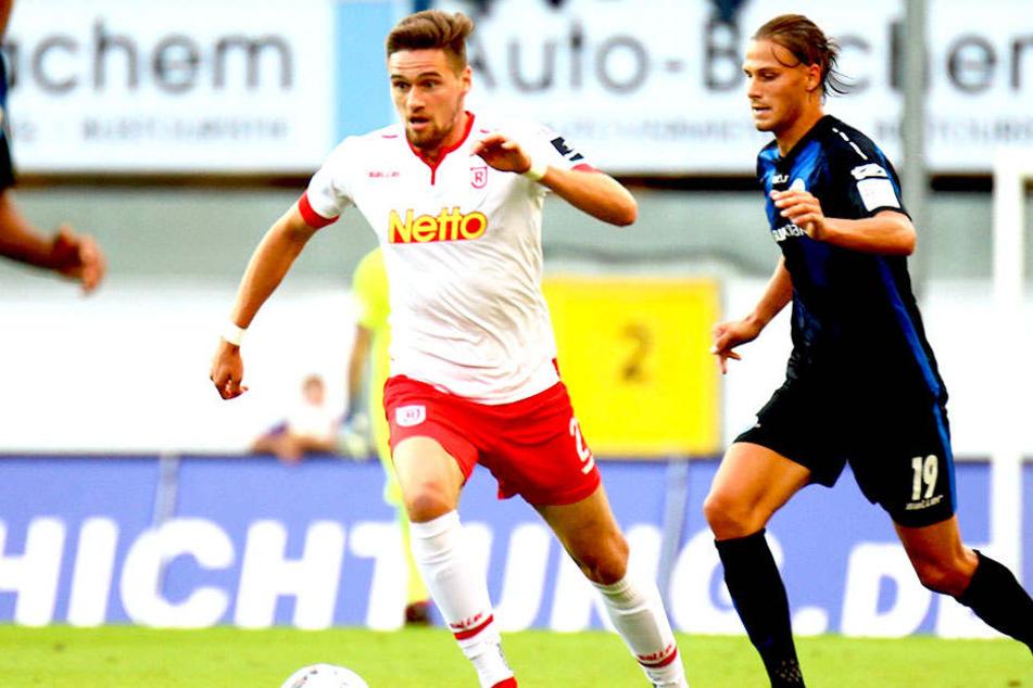 """Jonas Nietfeld (l.) im Trikot des SSV Jahn Regensburg vor Paderborns Tobias Schwede am Ball. Vielleicht kehrt """"Nieter"""" im Winter ja zurück zum FSV Zwickau."""