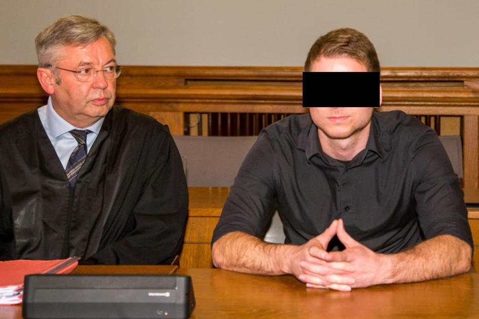 Geriet unter Alkohol völlig außer Kontrolle: Barkeeper Andre P., hier mit seinem Anwalt Dr. Malte Heise, der sich nun vor Gericht wegen versuchten Mordes verantworten muss.