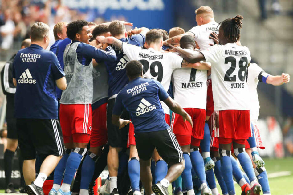 Nur wenige Augenblicke später war die ganze Mannschaft dabei und jubelte über den Treffer.