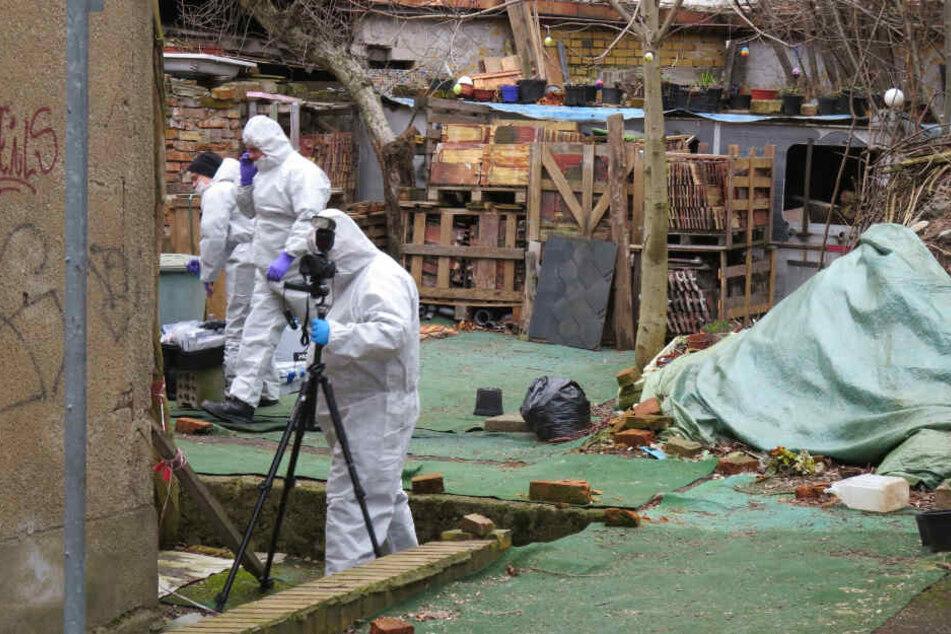 Der Fundort: Kriminalisten dokumentieren das Gelände eines Abbruchhauses in Lindenau. Hier wurde der Torso von Anja B. gefunden.