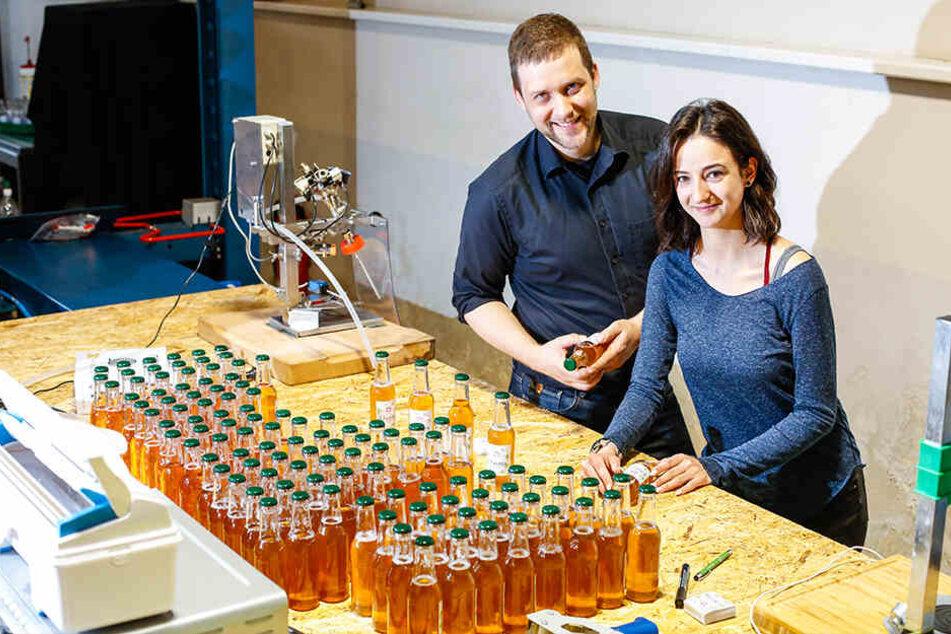 Alles Handarbeit: Benjamin Pfeiffer (31) und Freundin Denise Schönfelder (23) füllen die Tonic-Flaschen selbst ab.
