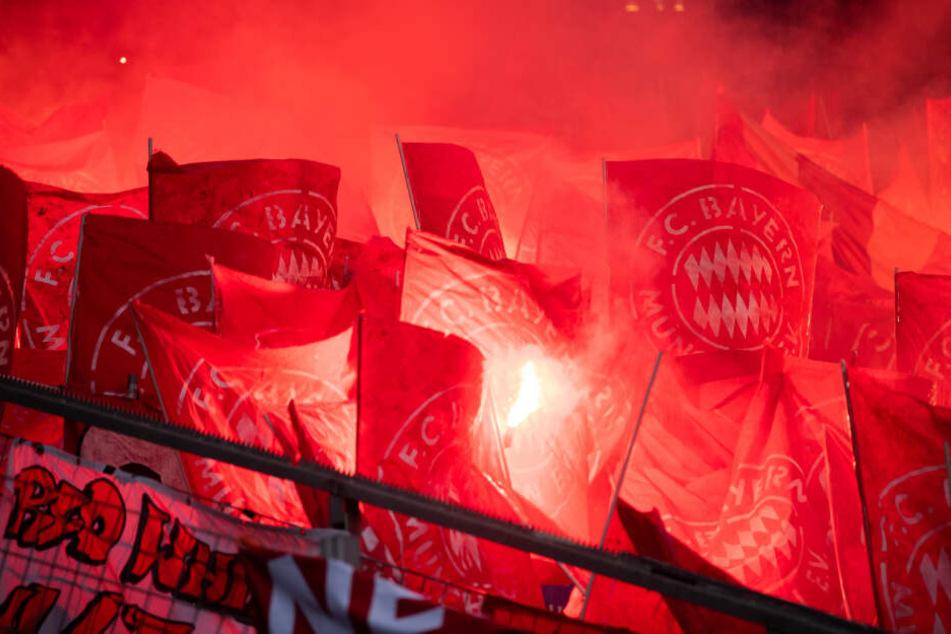 Fans des FC Bayern München zünden Pyrotechnik. (Archivbild)