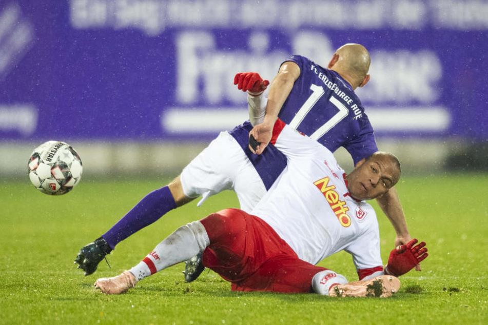 Regensburgs Jann George (vorn) und Aues Philipp Riese kämpfen um den Ball.