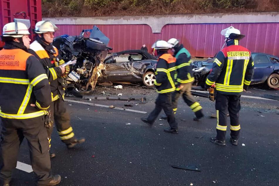 Den Einsatzkräften bot sich ein Bild des Schreckens auf der A1.