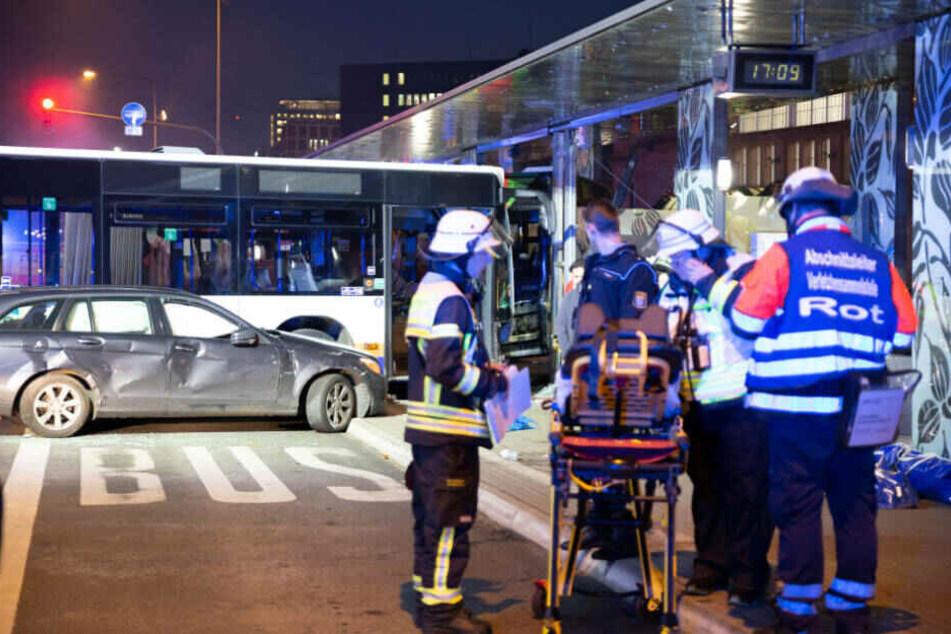 Rettungsdienst und Feuerwehr waren mit insgesamt knapp 30 Fahrzeugen und über 80 Einsatzkräften vor Ort.