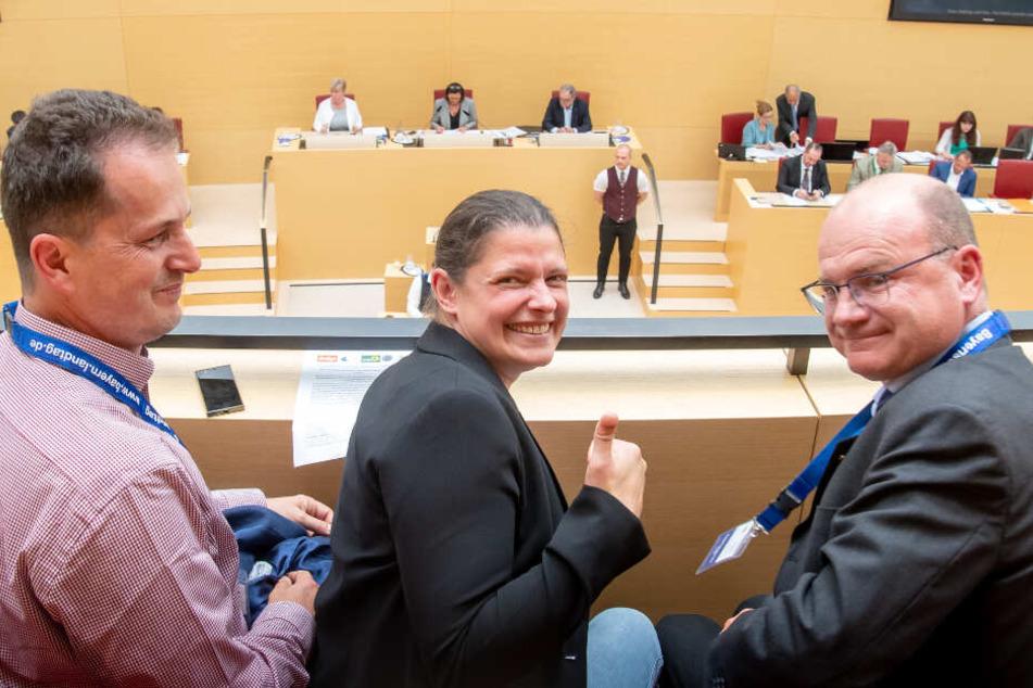 """Claus Obermeier (l-r), Vorstand Umweltstiftung, Agnes Becker, Landesbeauftragte des Volksbegehrens """"Rettet die Bienen"""", und Norbert Schäffer, Vorsitzender des Landesbundes für Vogelschutz in Bayern."""