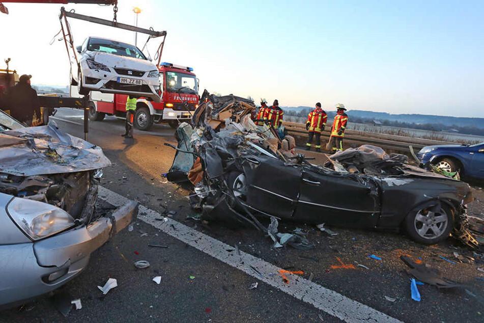 Mindestens sechs Menschen sind bei dem Unfall gestorben, 13 wurden verletzt.