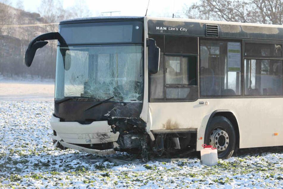 Auch an dem Bus entstanden große Schäden.