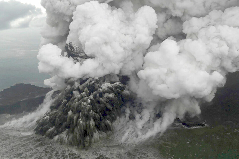 Die Ursache des Tsunamis war vermutlich ein Ausbruch des in der Sunda-Meerenge liegenden und 50 Kilometer vom Festland entfernten Vulkans Anak Krakatau.