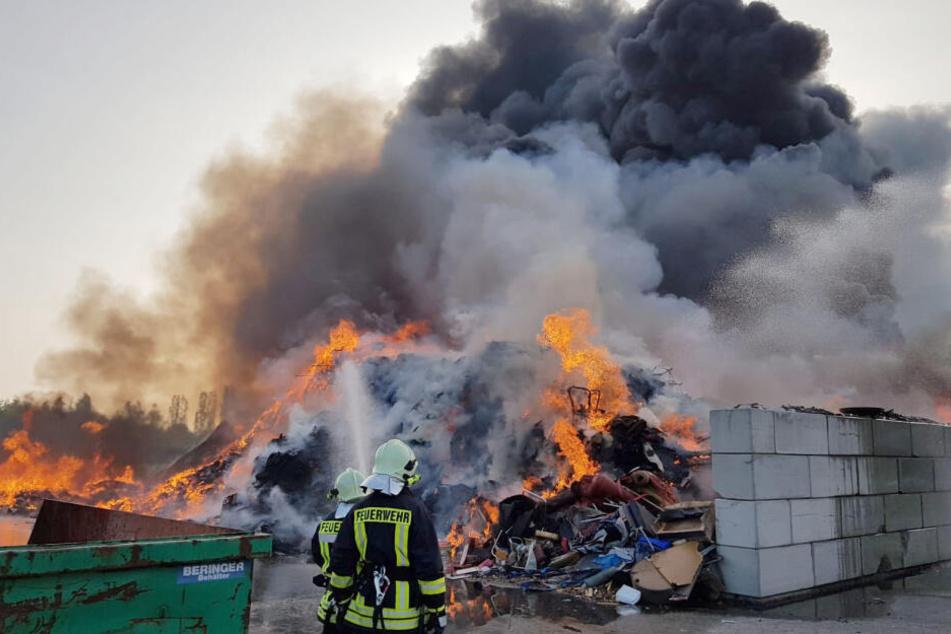 Brand in Entsorgungsfirma: Anwohner sollen Fenster und Türen geschlossen halten!