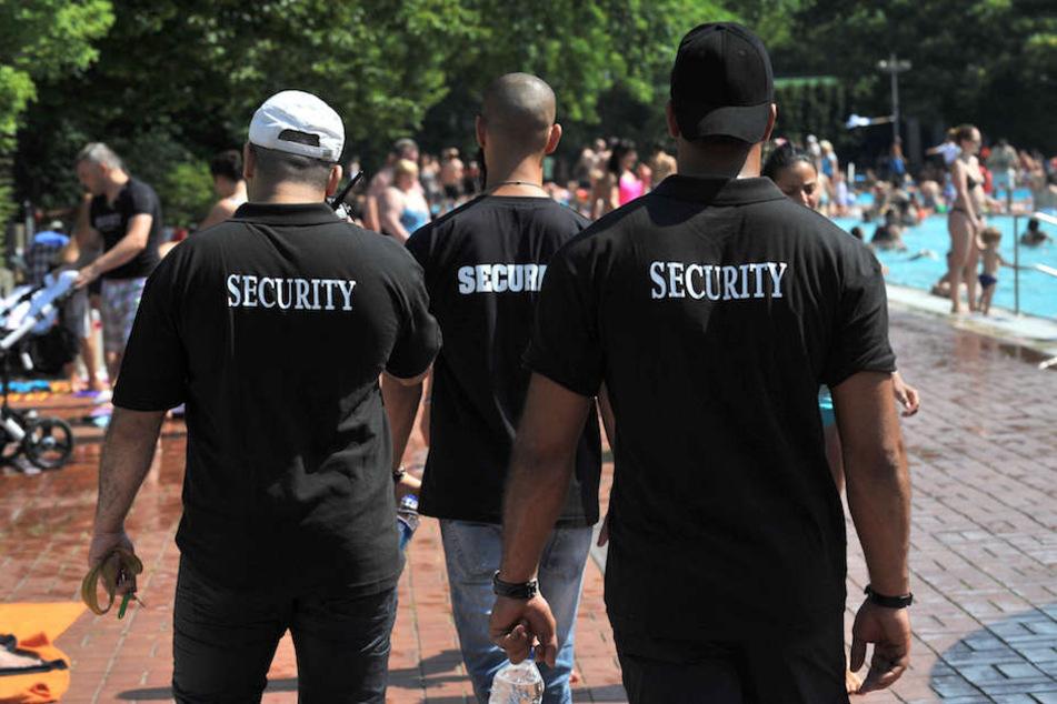 So wie diese Männer eines privaten Sicherheitsdienstes kriegen 25.000 Beschäftige in Berlin und Brandenburg mehr Geld. (Symbolbild)