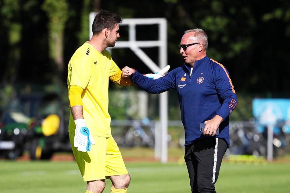 Wiedersehen alter Bekannter: Aue-Präsident Helge Leonhardt begrüßt sein langjährigen FCE-Keeper Stephan Flauder (l.), der mittlerweile beim FC Viktoria 89 die Nummer eins ist.