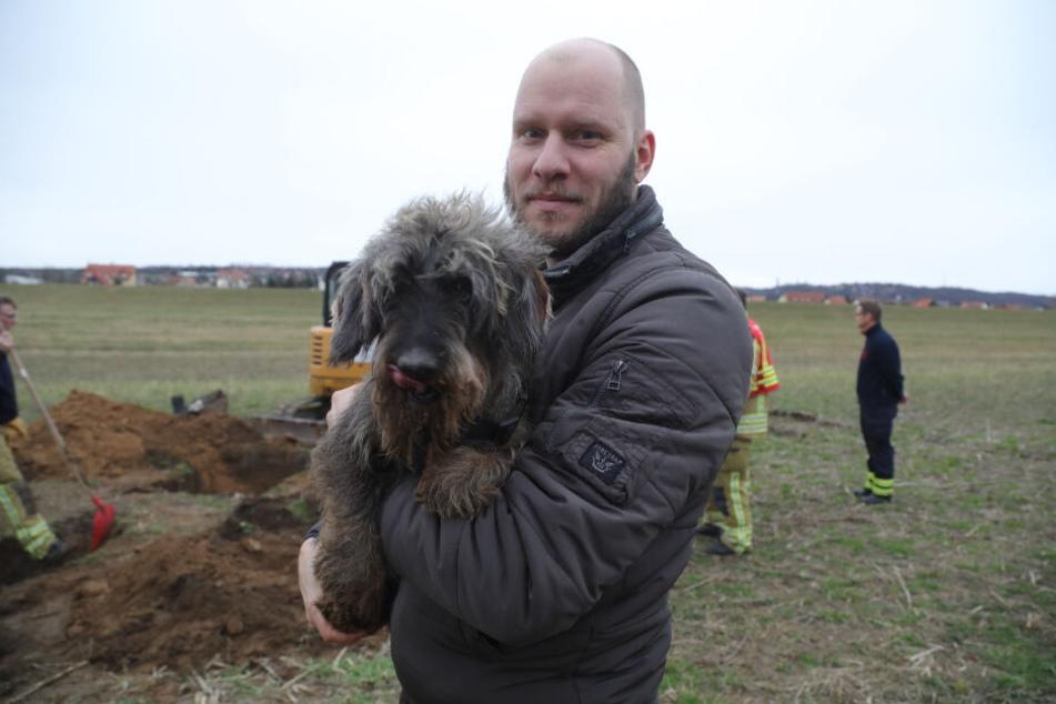 Falk Leuschner und sein Dackel Bruno nach der geglückten Hunderettung.