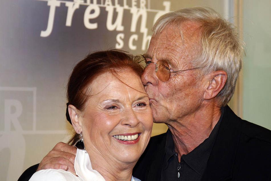 """Ursula Karusseit gemeinsam mit ihrem """"In aller Freundschaft""""-Kollegen Rolf Becker."""
