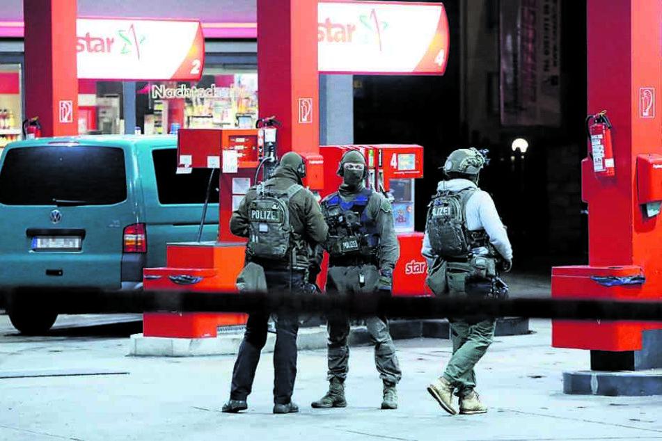 Vierter Tankstellen-Überfall in acht Tagen! Polizei hält Knarren-Lady für Süchtige