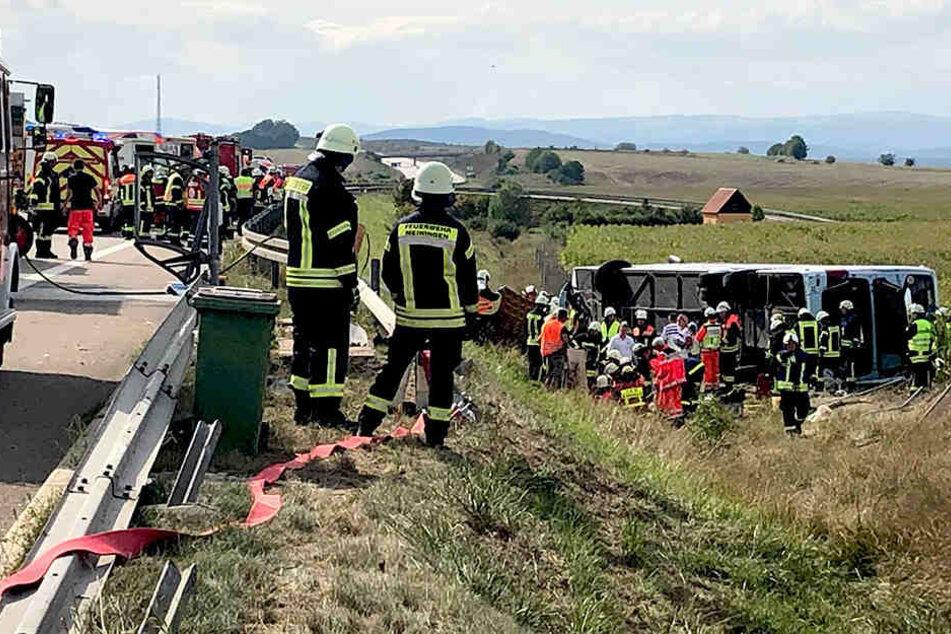 Feuerwehrleute und Sanitäter an der Unfallstelle.