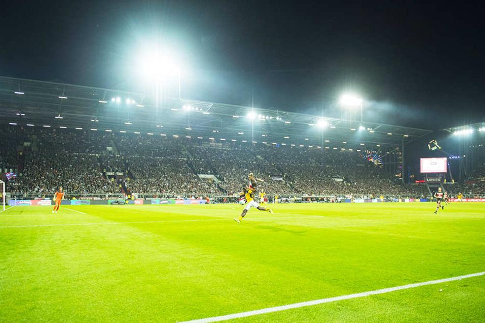 Vor ausverkauftem Haus: Trotz 45-minütiger Stille (Fanproteste) freuen sich die Schwarz-Gelben auf eine tolle Kulisse im Millerntor-Stadion von St. Pauli.