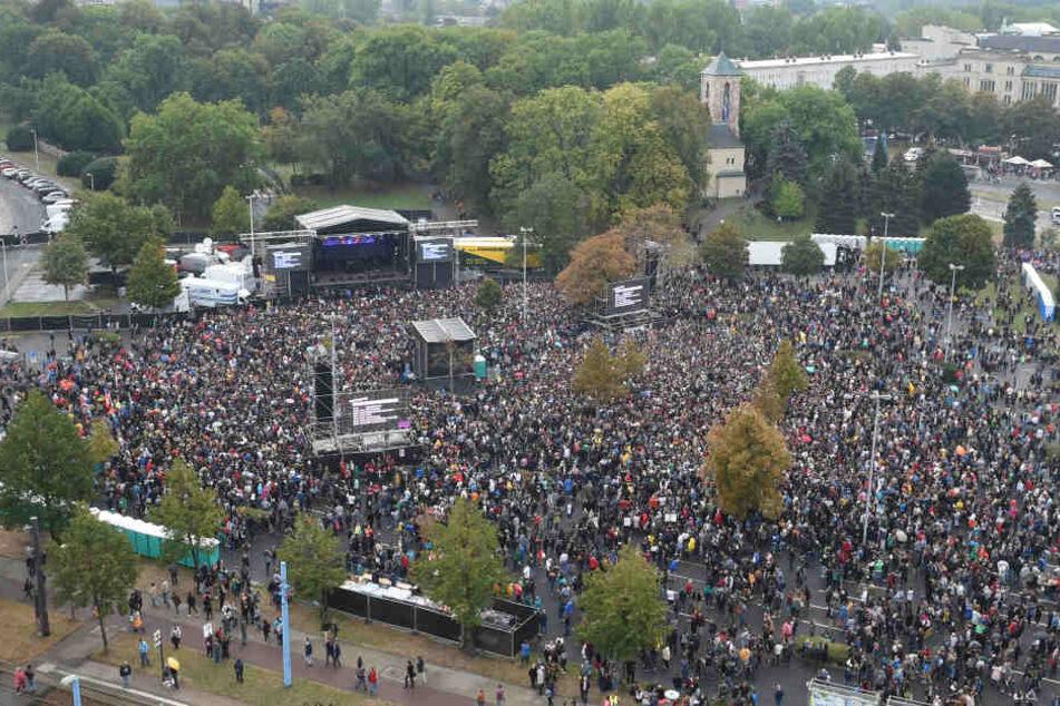 Tausende Zuschauer stehen vor dem Konzert unter dem Motto #wirsindmehr auf dem Parkplatz vor der Johanniskirche.