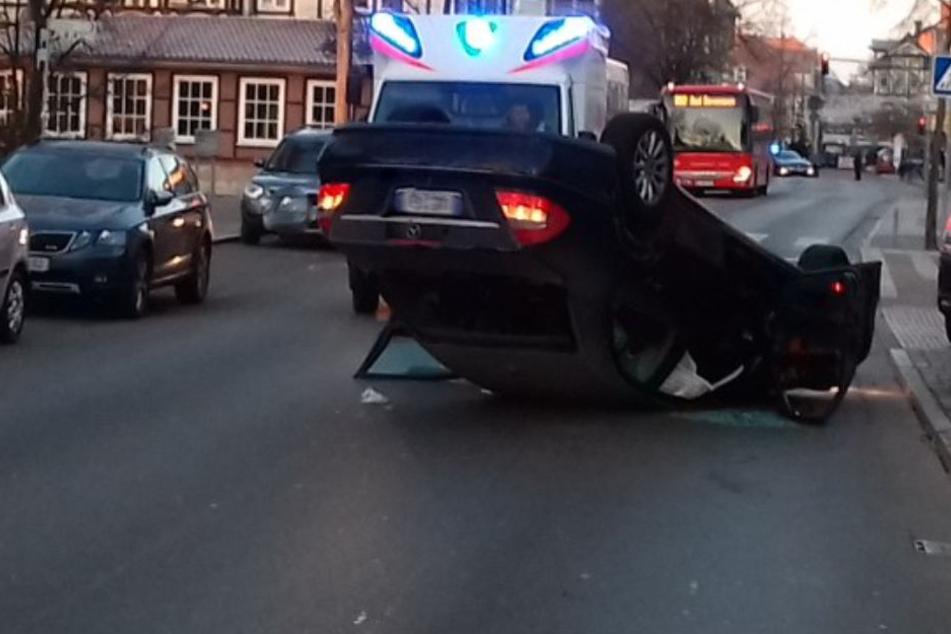 Das Auto landete am Ende des Einparkmanövers auf dem Dach.