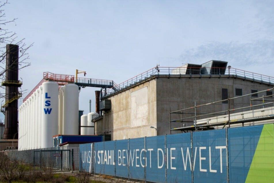 Die Lech-Stahlwerke in Schwaben beschäftigen etwa 800 Mitarbeiter. Ein ehemaliger Top-Manager steht jetzt wegen Bestechungsvorwürfen vor Gericht. (Archiv)