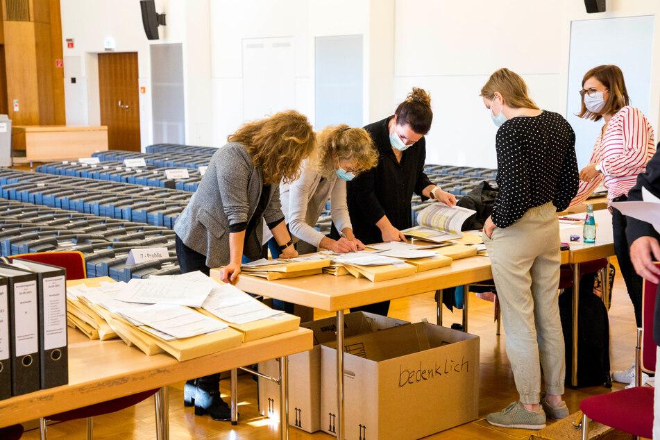Die Wahlbehörde legte dem Kreiswahlausschuss am Donnerstag die strittigen Gutachten und Stimmzettel vor.