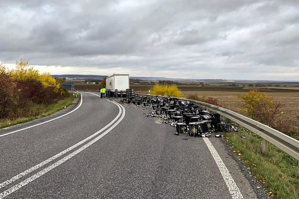 Beim Auffahren auf die Autobahn verlor der Lkw-Fahrer die Kontrolle über sein Fahrzeug. In der Folge kullerten die Bier-Kisten auf die Straße.