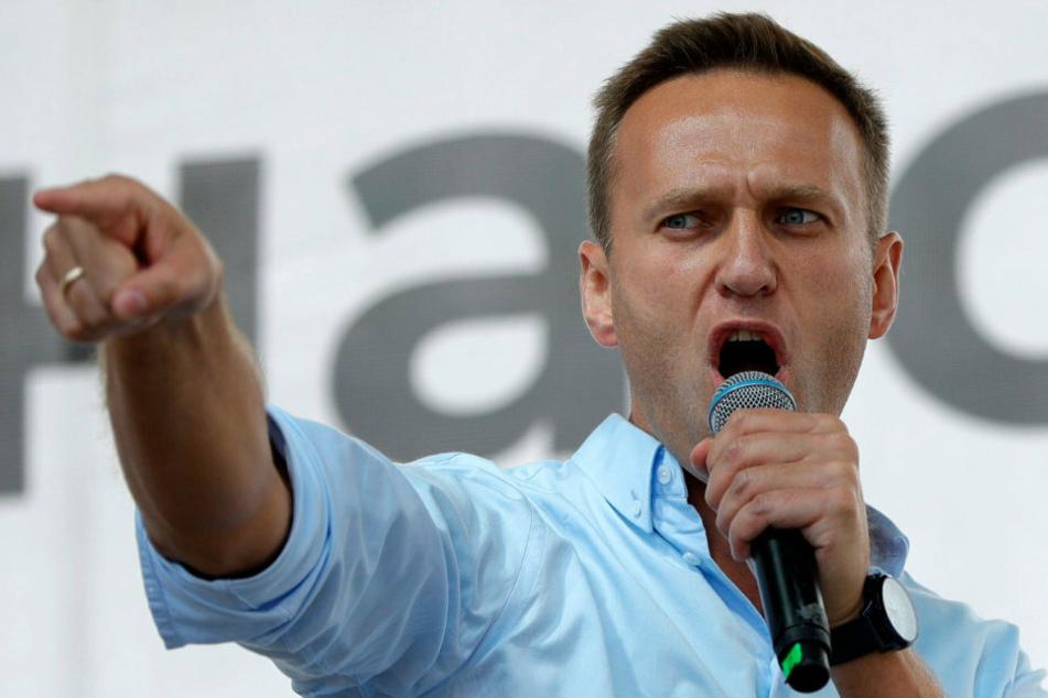 """Oppositionsführer Alexej Nawalny spricht 2019 bei einer Protestaktion in Moskau. Der Kremlkritiker macht ein unter dem Befehl von Wladimir Putin agierendes """"Killerkommando"""" des FSB für seine Vergiftung verantwortlich."""