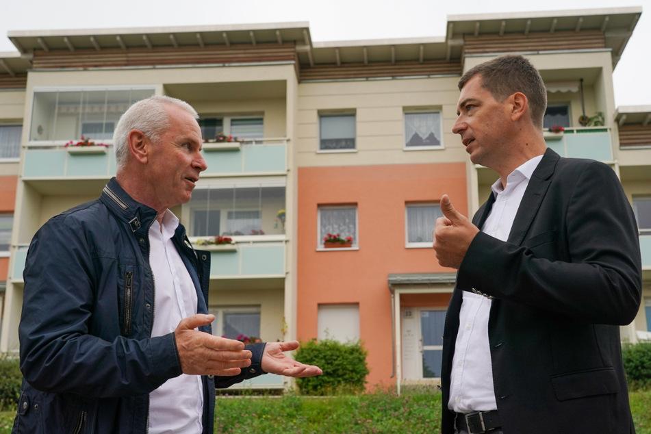 Uwe Matthe (l.), Chef der Schwarzenberger Wohnungsgesellschaft, spricht mit Alexander Müller vom Verband der Wohnungs- und Immobilienwirtschaft über Rückbaumaßnahmen.