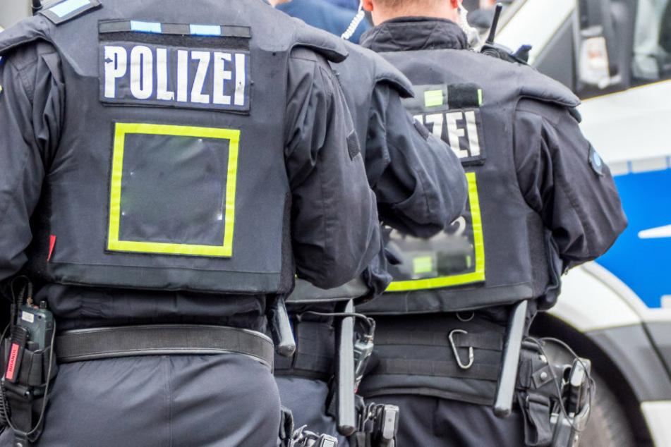 Am Dienstagmorgen durchsuchten die Polizei und Einsatzkräfte des Spezialkomandos Sachsen eine Wohnung in Annaberg. (Symbolbild)