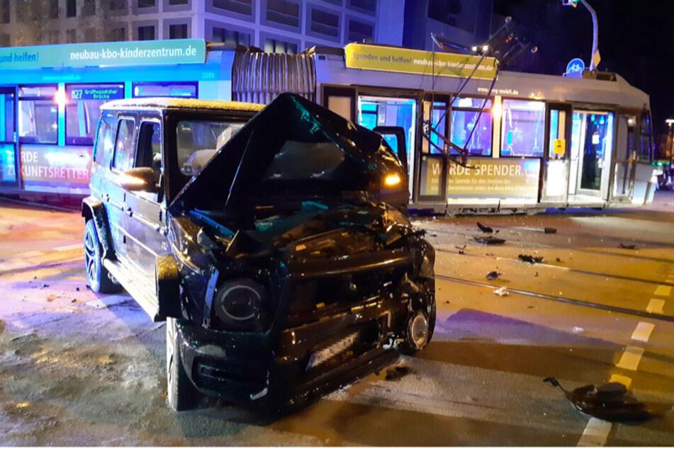 Der Mercedes-Geländewagen wurde durch den Aufprall schwer beschädigt.