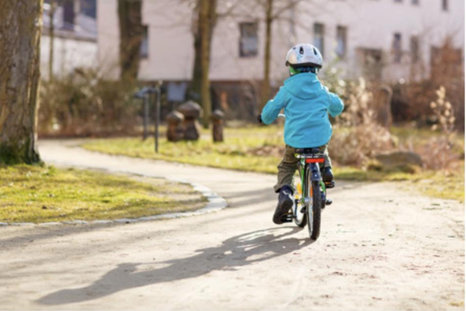 Der Kinderchirurg empfiehlt: Schon von klein auf sollten die Kinder an das Tragen eines Helmes gewöhnt werden.