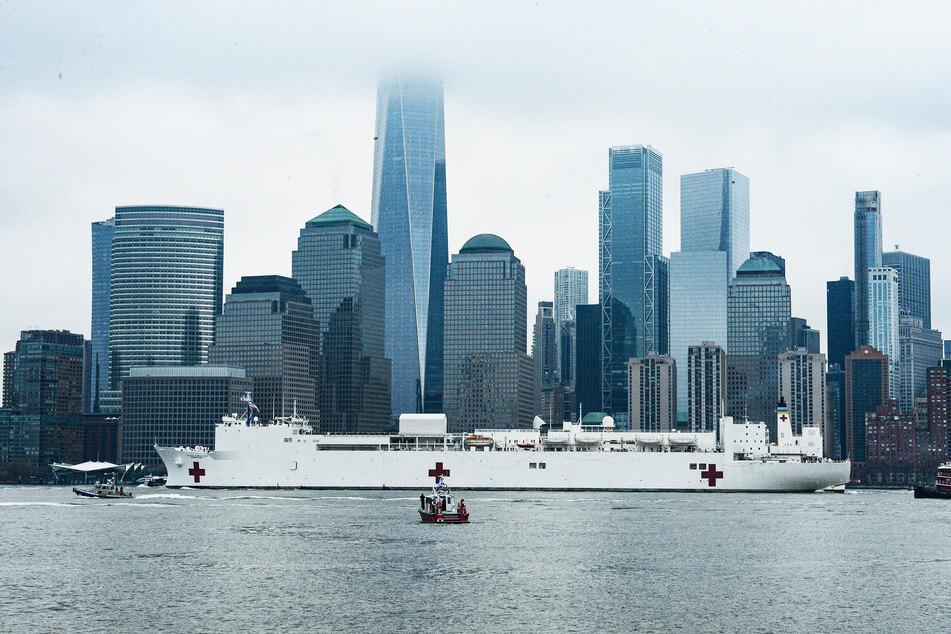"""Das Lazarettschiff USNS """"Comfort"""" der US-amerikanischen Marine liegt im Hafen von New York City an."""