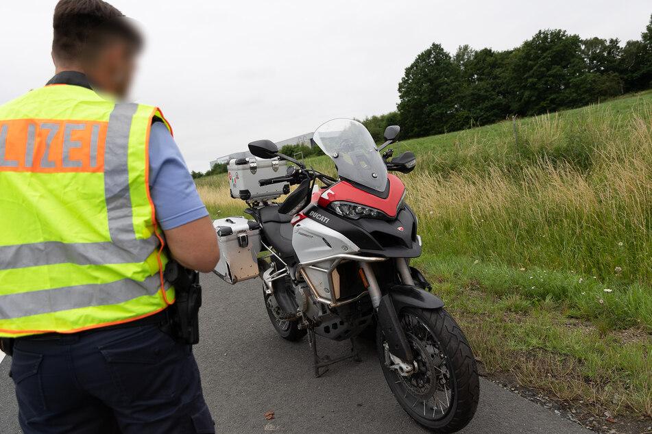 Ein Motorradfahrer (62) stürzte am Donnerstagabend auf der A72 bei Treuen (Vogtland). Der Fahrer wurde schwer verletzt.