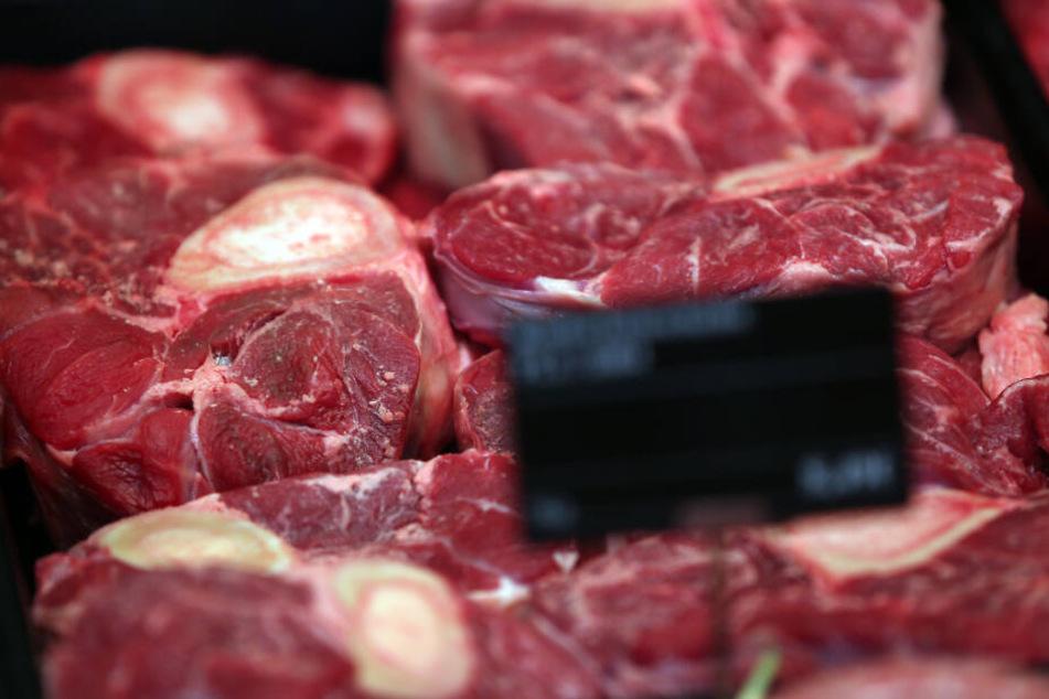 Rinderbeinscheiben liegen in der Auslage eines Supermarktes. Doch wie wurden die Tiere vorher gehalten? (Symbolbild)
