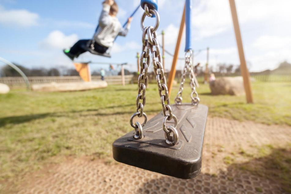 Die beiden Mädchen hielten sich gerade auf einem Spielplatz auf. (Symbolbild)