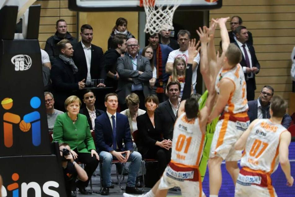 Zum Auftakt ihres Blitz-Besuchs in Chemnitz war Bundeskanzlerin Angela Merkel (64, CDU) bei einem Spiel der Niners dabei.