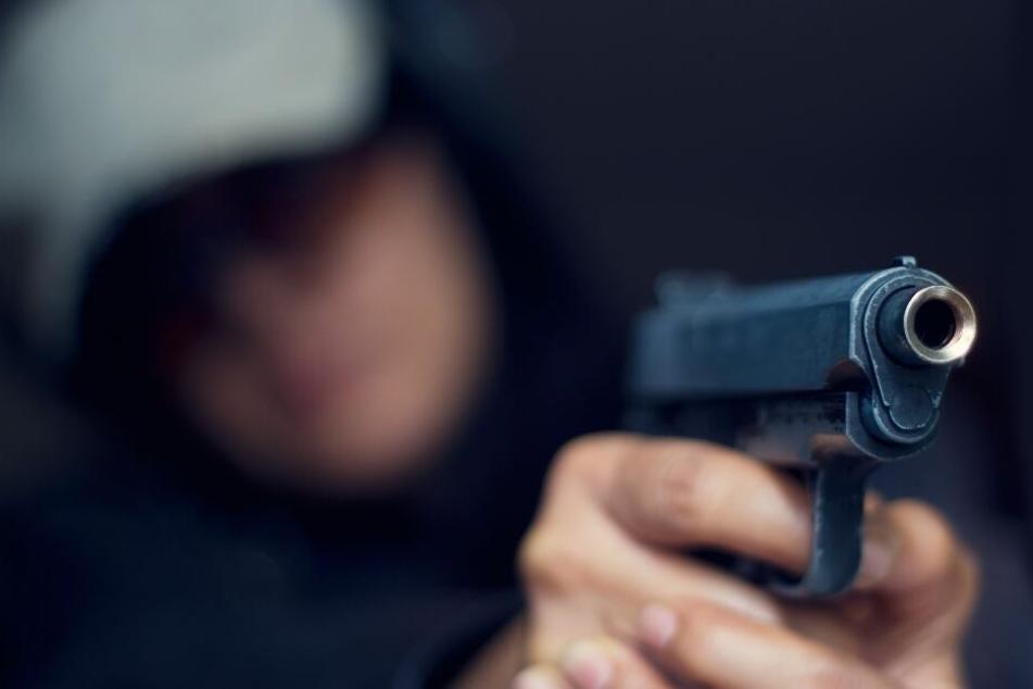 Nachdem der Teenager den Täter schon seinen Rucksack gegeben hatte, schoss einer der Männer ihm ins Gesicht. (Symbolbild)