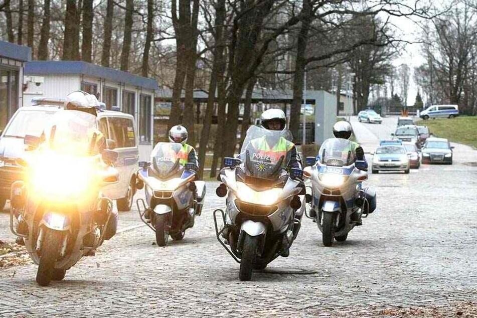 Ein Autokonvoi, angeführt von der Polizei-Motorradstaffel, holte die Staats-Chefin an der Bereitschaftspolizei ab. Dort war sie zuvor im Hubschrauber gelandet.
