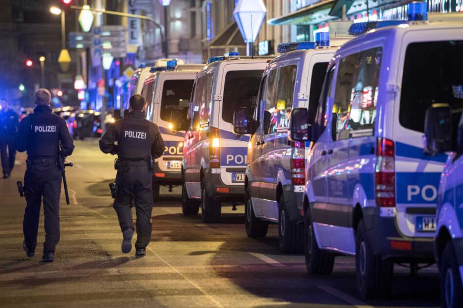 Schon vor etwa einem Monat rückte die Polizei im Frankfurter Bahnhofsviertel für ausgiebige Kontrollen an (Archivbild).