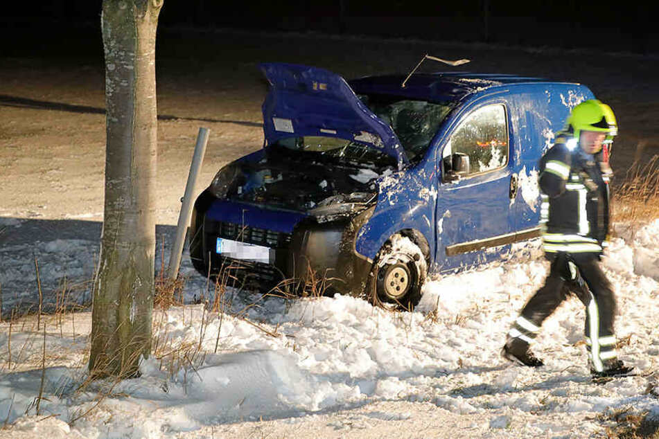 Schwerer Glätteunfall: Peugeot schlittert von Straße