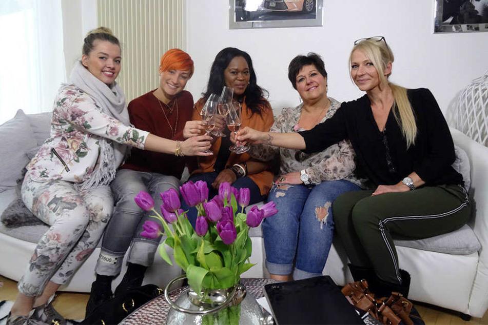 """Denise, Penelope, Jeanette, Ramona und Anja (von links) wollen die """"Shopping Queen"""" von Bielefeld werden."""
