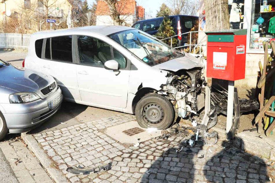 Crash in Dresden! Auto kracht erst gegen Opel, dann gegen Baum