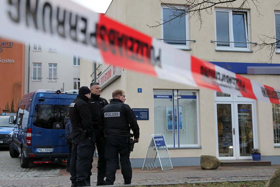 Polizisten vor der Kanzlei der erschossenen Anwältin.