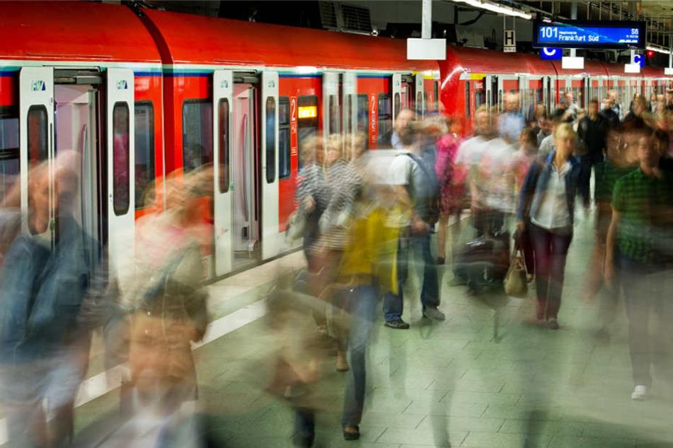 Pendler, die in Frankfurt auf die S-Bahnen angewiesen sind, müssen einiges ertragen können.