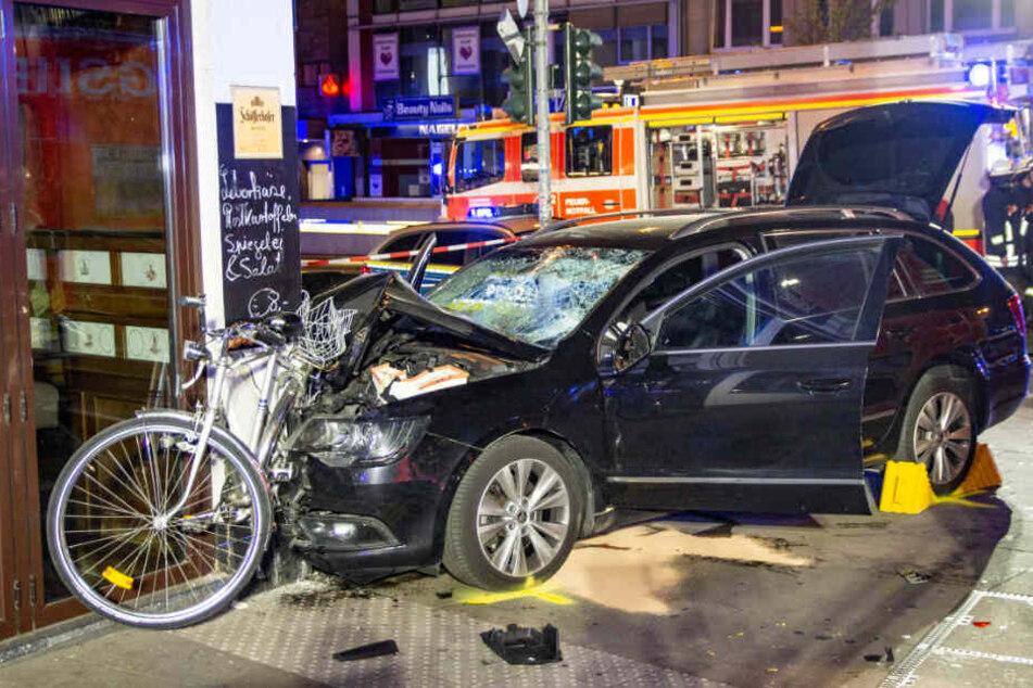 Autofahrer rammt Fußgänger und kracht gegen Wand einer Kneipe