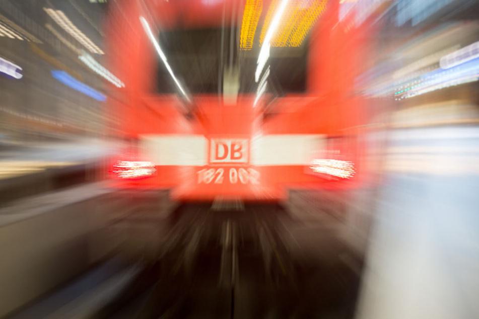 DEr Zug musste eine Vollbremsung machen (Symbolfoto).