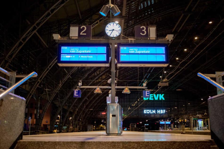 Die Deutsche Bahn will ihren Betrieb in NRW am Montag nach und nach wieder aufnehmen.
